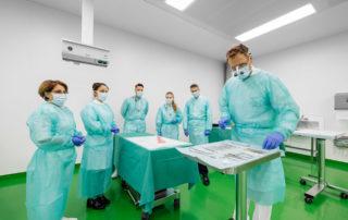 Professor wählt zahnmedizinisches Instrument